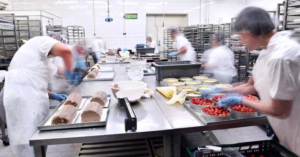 immagine che mostra dei lavoratori in movimento nella loro area di lavoro che deve essere progettata secondo la norma UNI ISO 11226